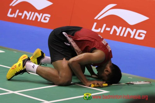 Tommy Sugiarto Sujud Syukur Setelah Menjuarai Singapore Open SS 2013. Sumber gambar : badmintonindonesia.org